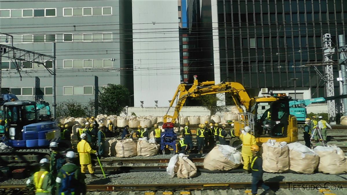 田町駅側の工事現場。多くの作業員が集まり、集中的に工事が進められていました(松戸行き快速列車から撮影)