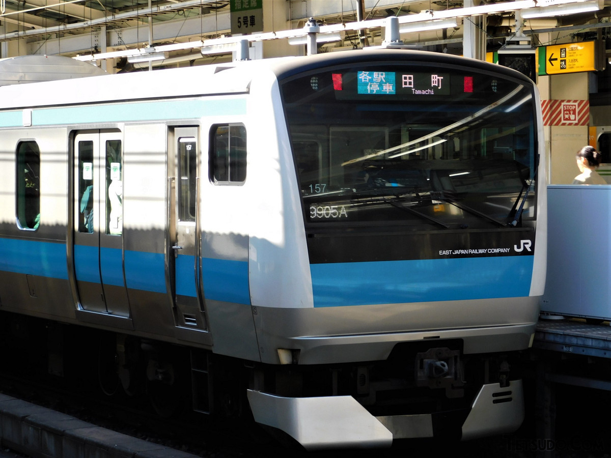 品川~田町間の運休により、京浜東北線の南行では田町行きが運行。東十条~浜松町間の各駅では、同方面の発車標が「田町」並びになりました