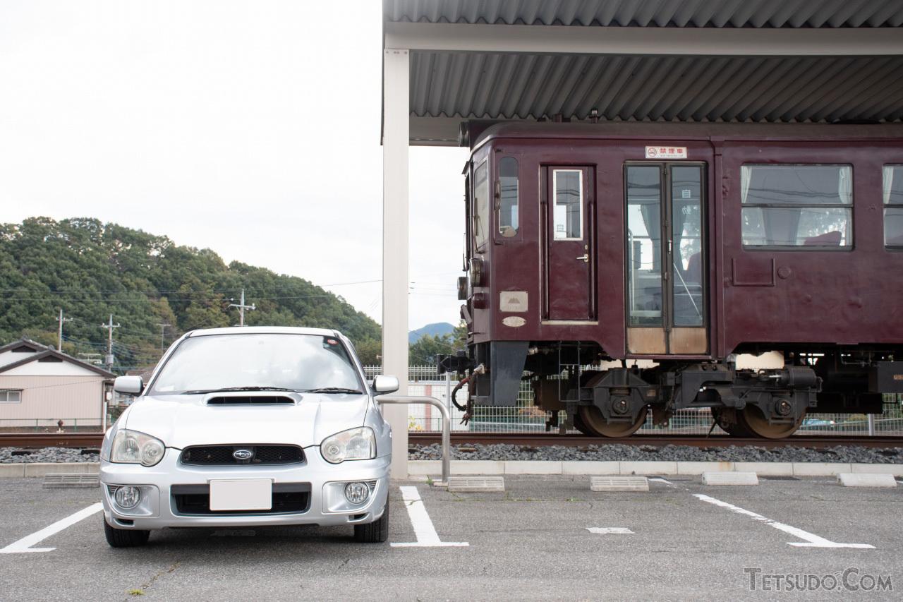 GDA型「スバル・インプレッサ WRX」(左)と、わたらせ渓谷鐵道のわ89-300形保存車(右)。ともに富士重工業時代に製造された車両です