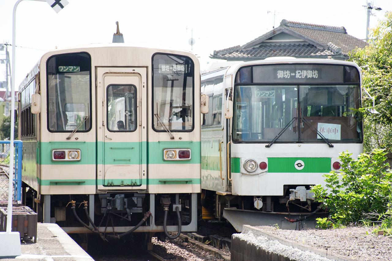 紀州鉄道のKR205号車(左、元信楽高原鐵道SKR200形)。LE-Carである右側のキテツ1形と比較すると、その車体の大きさや「鉄道車両らしさ」がわかります