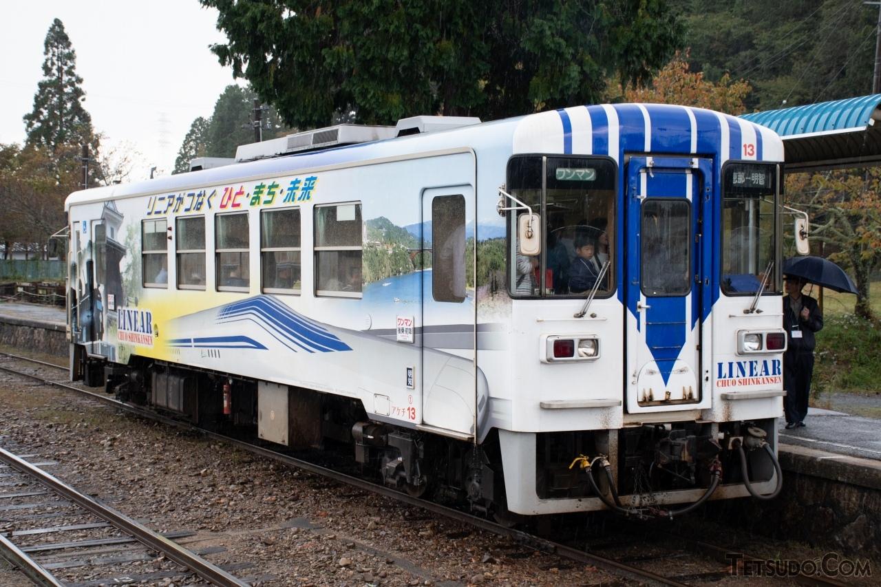 明知鉄道のアケチ10形。パノラミックウィンドウを採用したほか、先頭部のフチがKR205号車より丸くなりました。ドアは通常の鉄道車両と同様に引き戸となっています。同型の車両は、北条鉄道や甘木鉄道でも導入されました