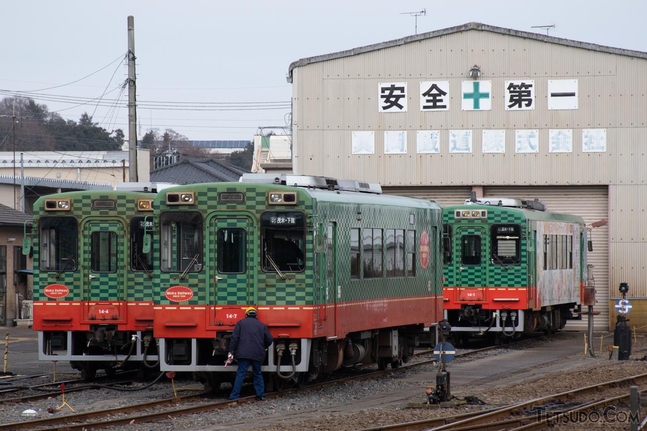 富士重工業が最後に製造した鉄道車両、真岡鐵道モオカ14形。右奥の車両が富士重工業製のモオカ14-1、左の2両が日本車輌製の車両です。前照灯配置など、若干の設計変更がなされています
