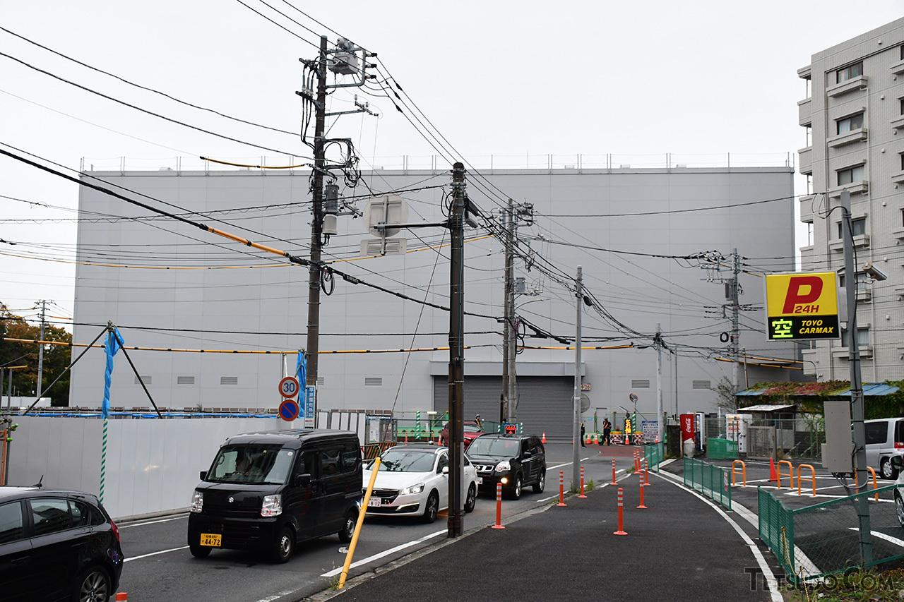 新綱島駅の工事現場。羽沢横浜国大駅付近と同様、大きな覆いが建設されています