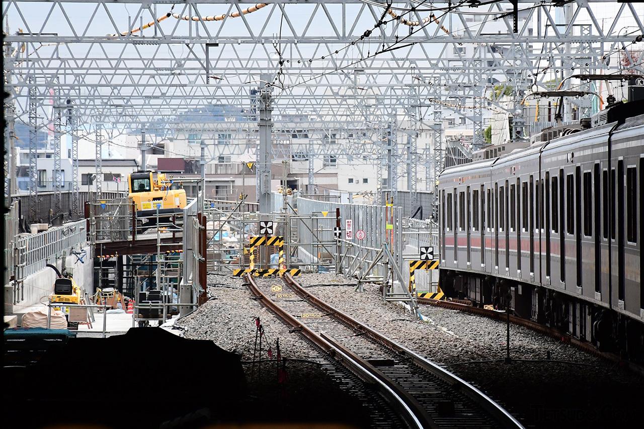 日吉駅の引き上げ線部分。左側のショベルカーがいる空間と、右側の車両がいる部分が、将来の新横浜線の線路空間となります。中央の引き上げ線は存置される予定