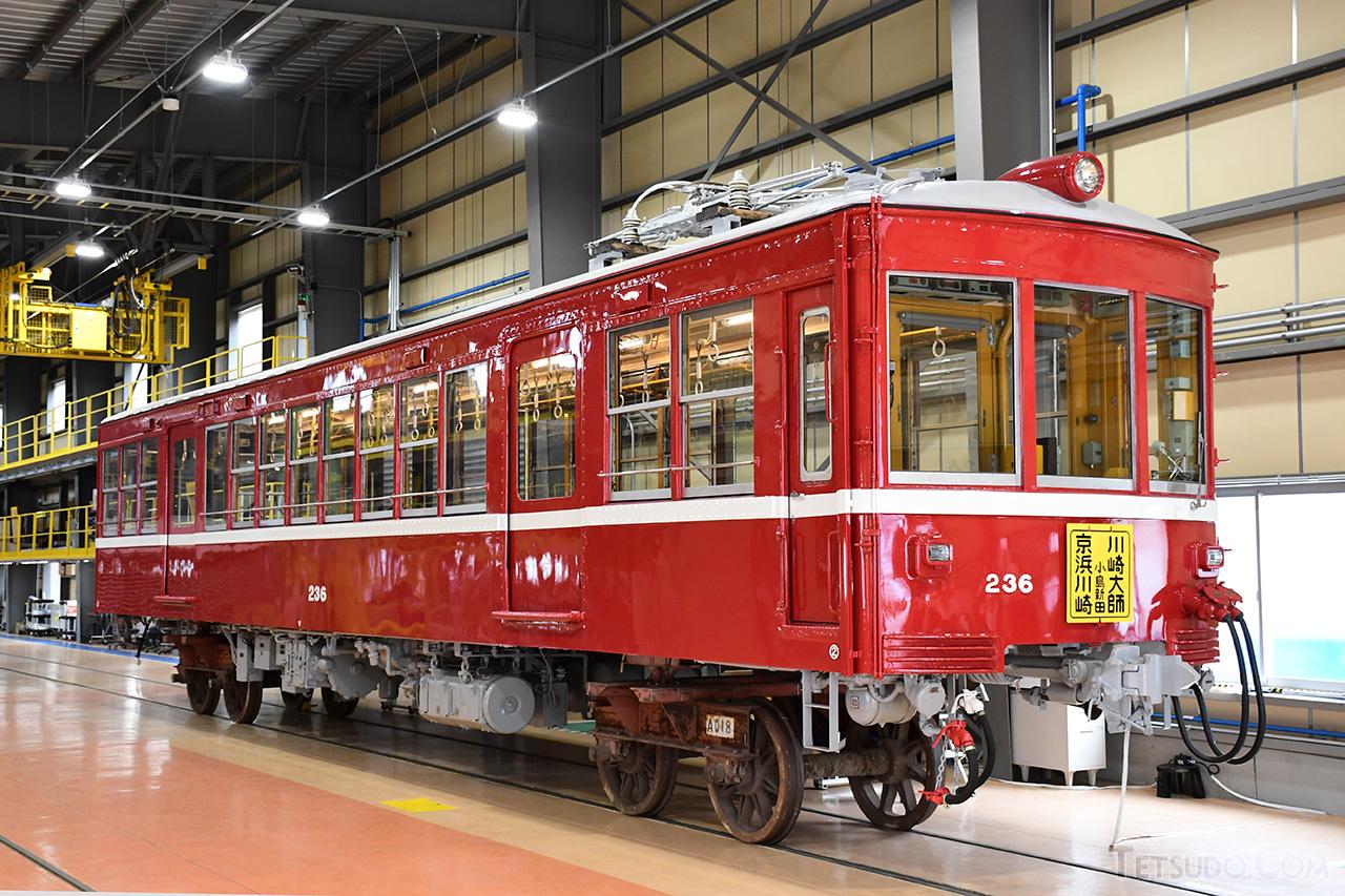 修復作業が完了したデハ236号。ピカピカに塗装され、現役時代の様相を取り戻しました。なお、台車は仮のものを穿いています