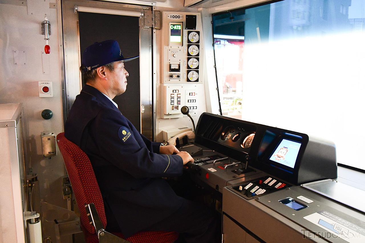 ほぼ実物と同じ機器配置の運転台で操作体験