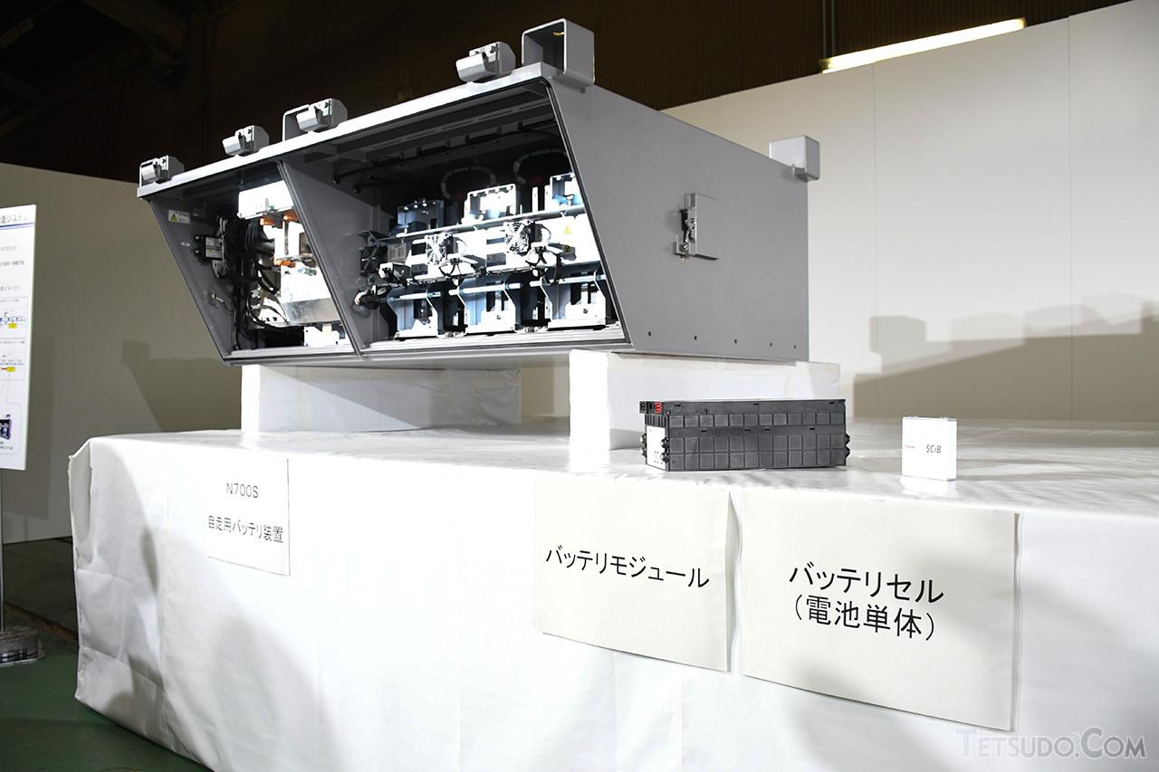 N700Sに搭載する「自走用バッテリ装置」(左)。右のバッテリーを24個セットとした「バッテリモジュール」(中)を24台内蔵しています
