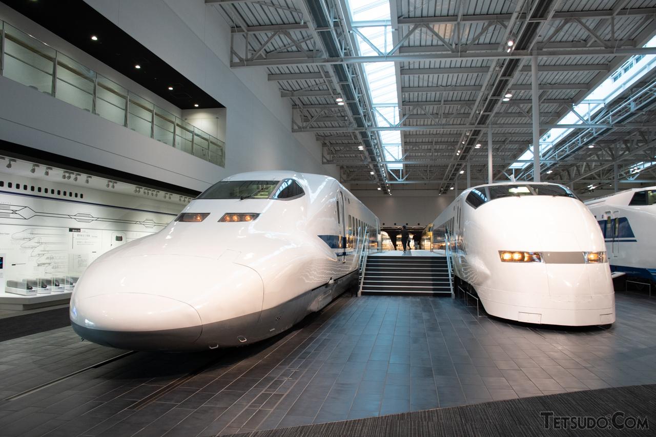 リニア・鉄道館で展示されている、700系C1編成の先頭車(左)と、300系J1編成の先頭車(右)