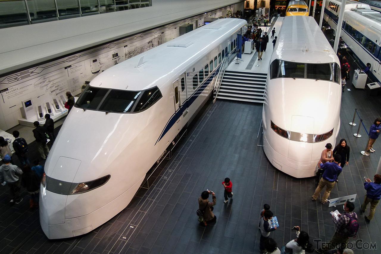 リニア・鉄道館で展示されている300系J1編成の先頭車(右)。左の300系量産車(現在は撤去済み)とは意匠が異なっています