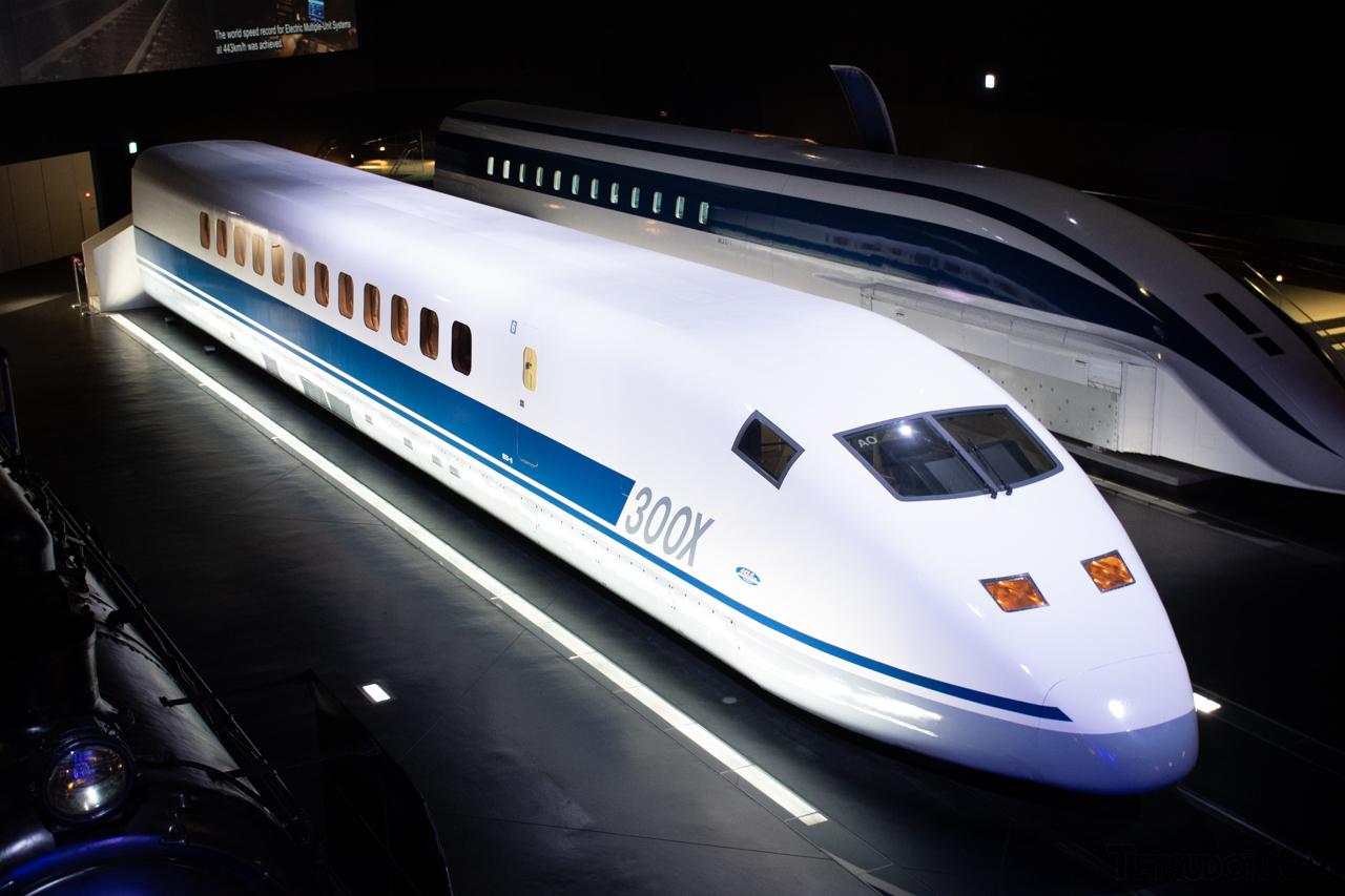 将来の新幹線車両開発に向けて1995年に登場した「300X」。現在は博多方先頭車が米原の鉄道総合技術研究所 風洞技術センターに、東京方先頭車がリニア・鉄道館に保存されています