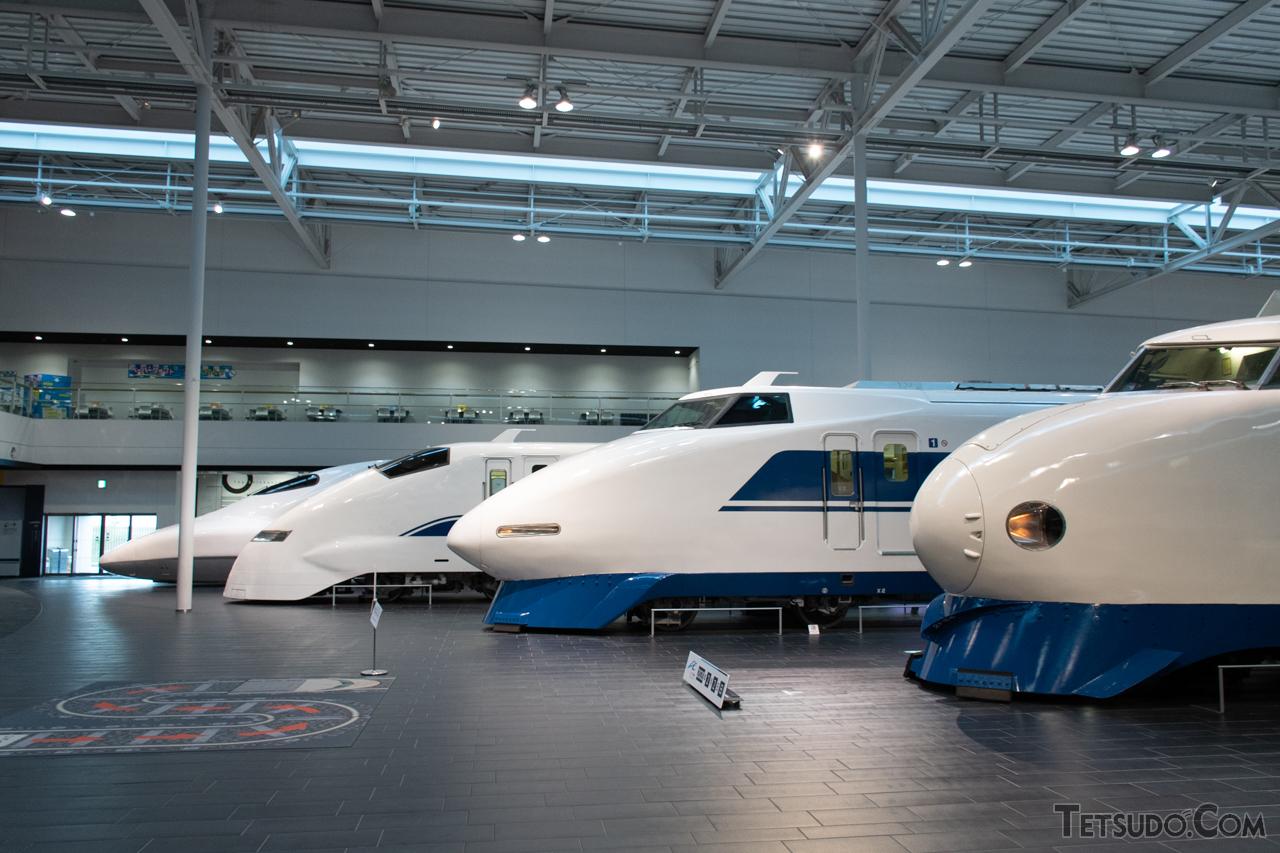 JR東海の歴代新幹線車両たち。手前の3形式と比べると、700系(最奥)の特徴が際立ちます