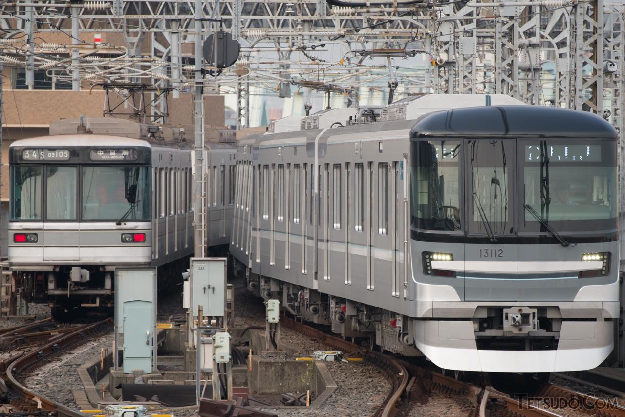 03系は、2016年に登場した13000系(右)によって置き換えられました