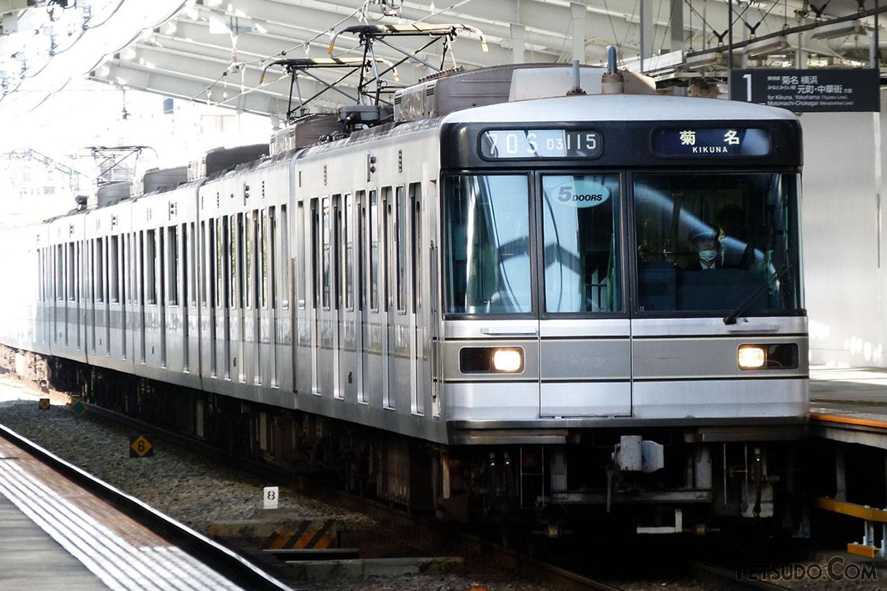 東急東横線を走る03系。写真の編成は、両端2両が5扉となっている仕様です