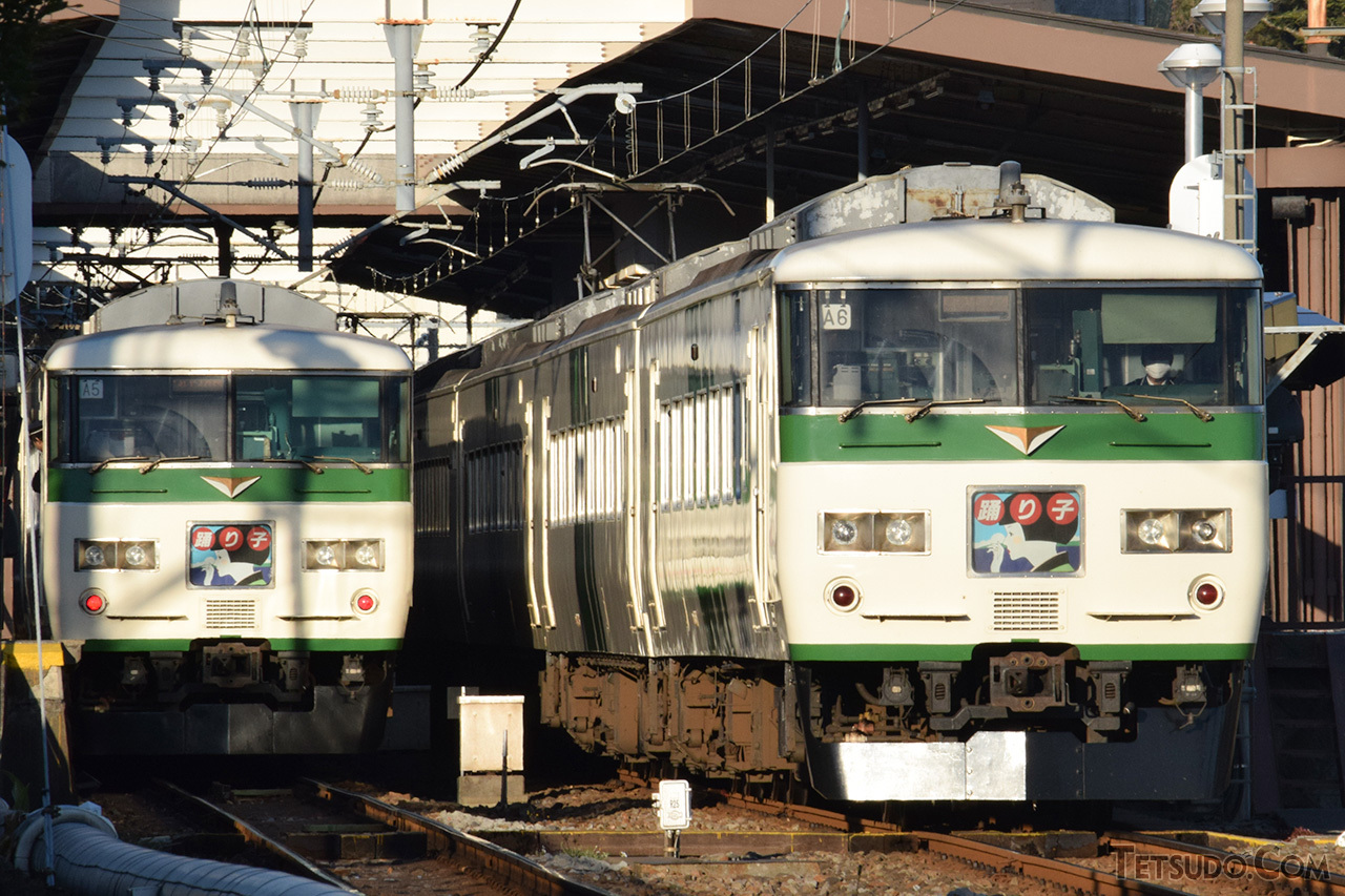 特急「踊り子」に使用される185系。デビュー時の内装は、中京・関西圏の快速列車用車両並みでした