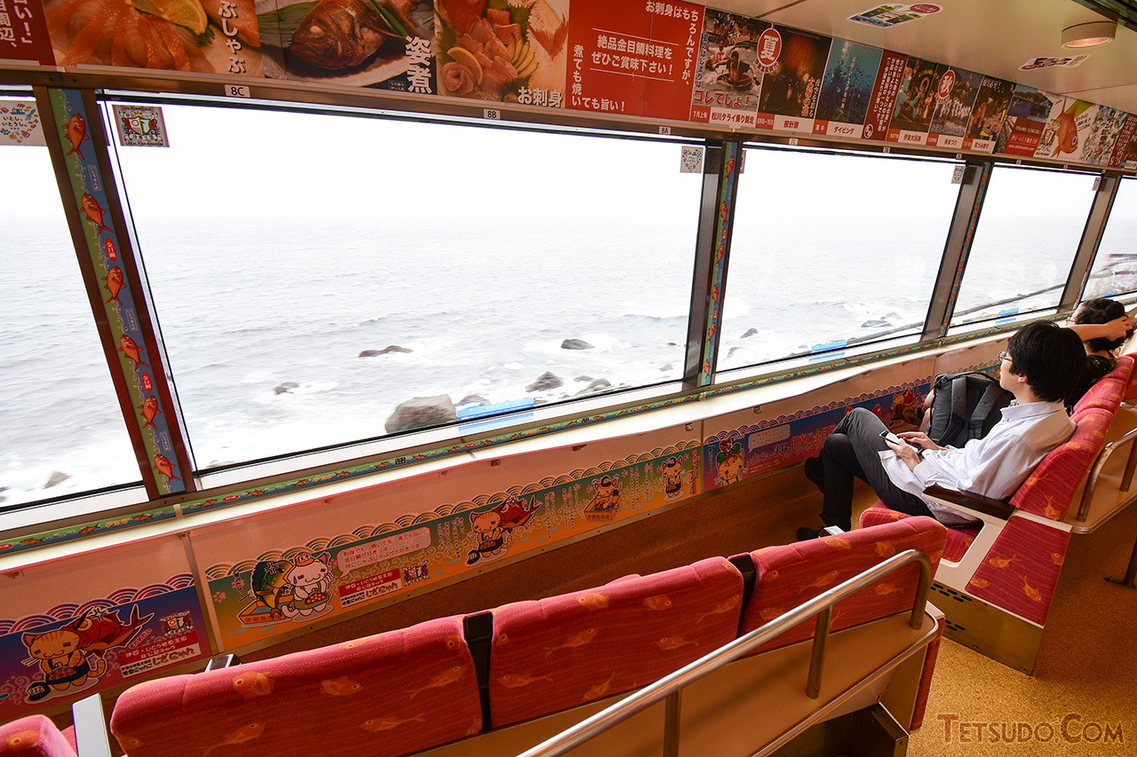 リゾート21は、海側の展望を楽しめるよう、窓側を向いた座席配置となっているのが特徴です