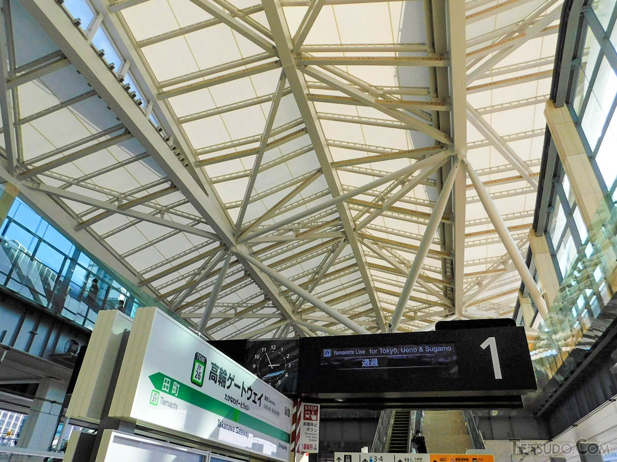 山手線ホームから大屋根を見上げた図。大屋根は南北約110メートルの長さがあり、駅舎を大きく包む構造になっています。開放感のある空間も同駅の特徴です