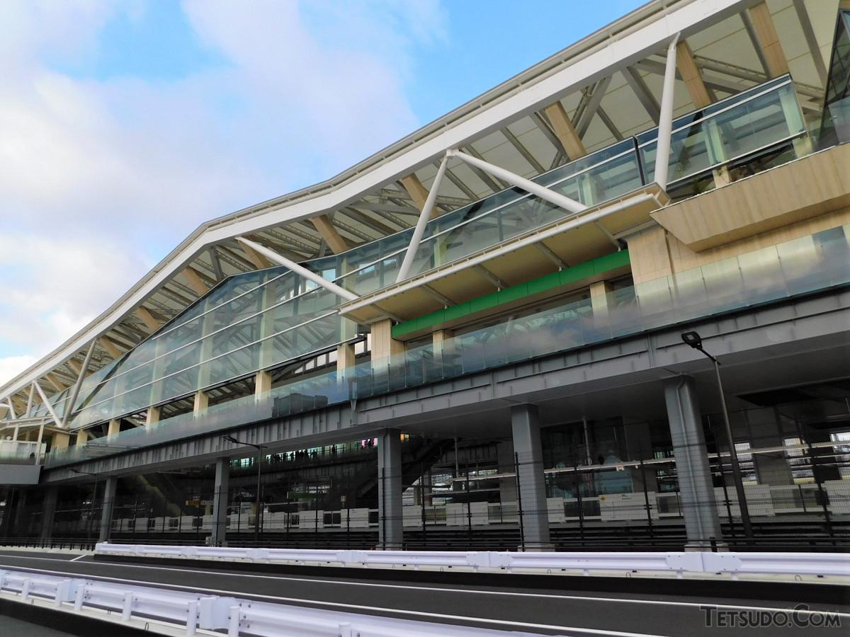 大屋根が目印の高輪ゲートウェイ駅