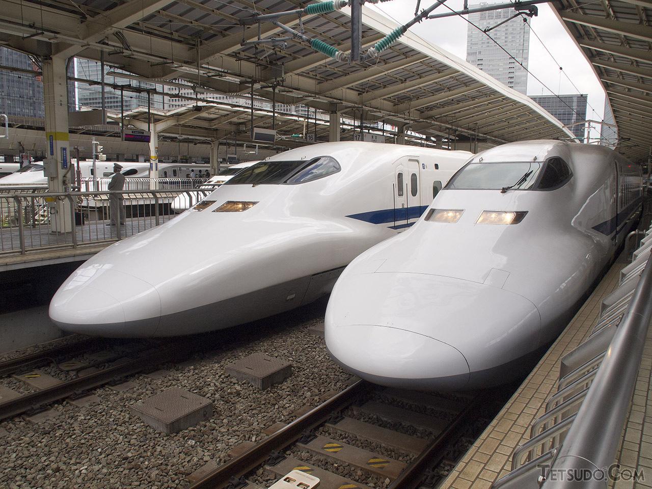同じ700系でも、製造時期によって細かい差異があった。右のC11編成と左のC19編成とでは、先端部の連結器カバーの形状が異なる(2011年7月)
