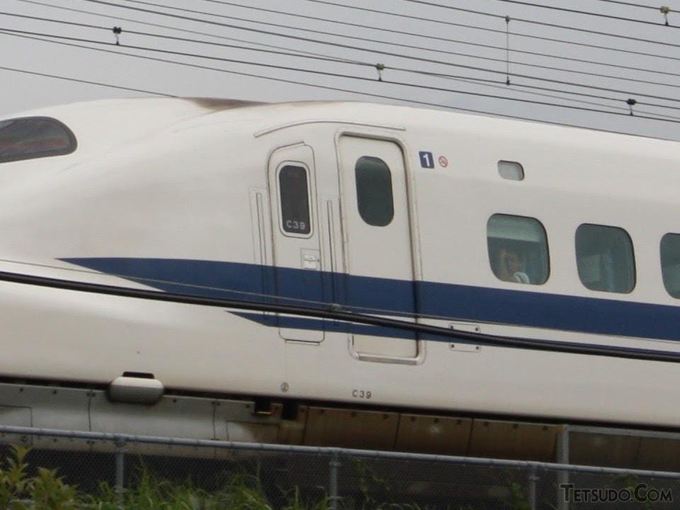 JR東海車のうち後期に製造された車両は、乗降扉の窓が高い位置に変更され、曲面ガラスとなった。N700系もこの高さを踏襲している。写真は2002年落成のC39編成