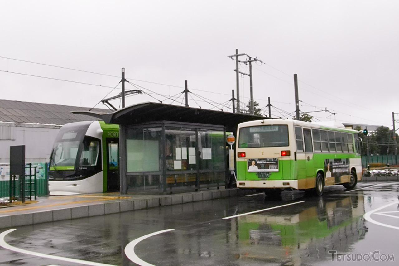 富山港線の列車と対面接続する路線バス。宇都宮ライトレールでも、同様の機能を持つ停留場が5カ所整備されます
