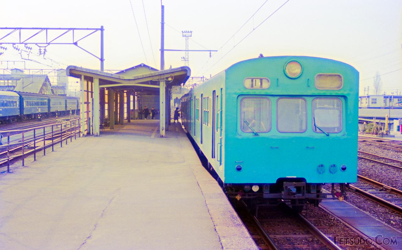 1985年まで富山港線で活躍した72系のクモハ73形。京浜東北線と同じ青22号に塗装されていました(画像:yamagaku / PIXTA(ピクスタ))