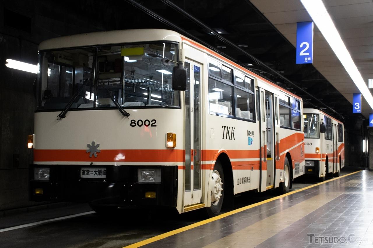日本唯一となったトロリーバス「立山トンネルトロリーバス」。レールの上は走りませんが、法律上は「鉄道」です