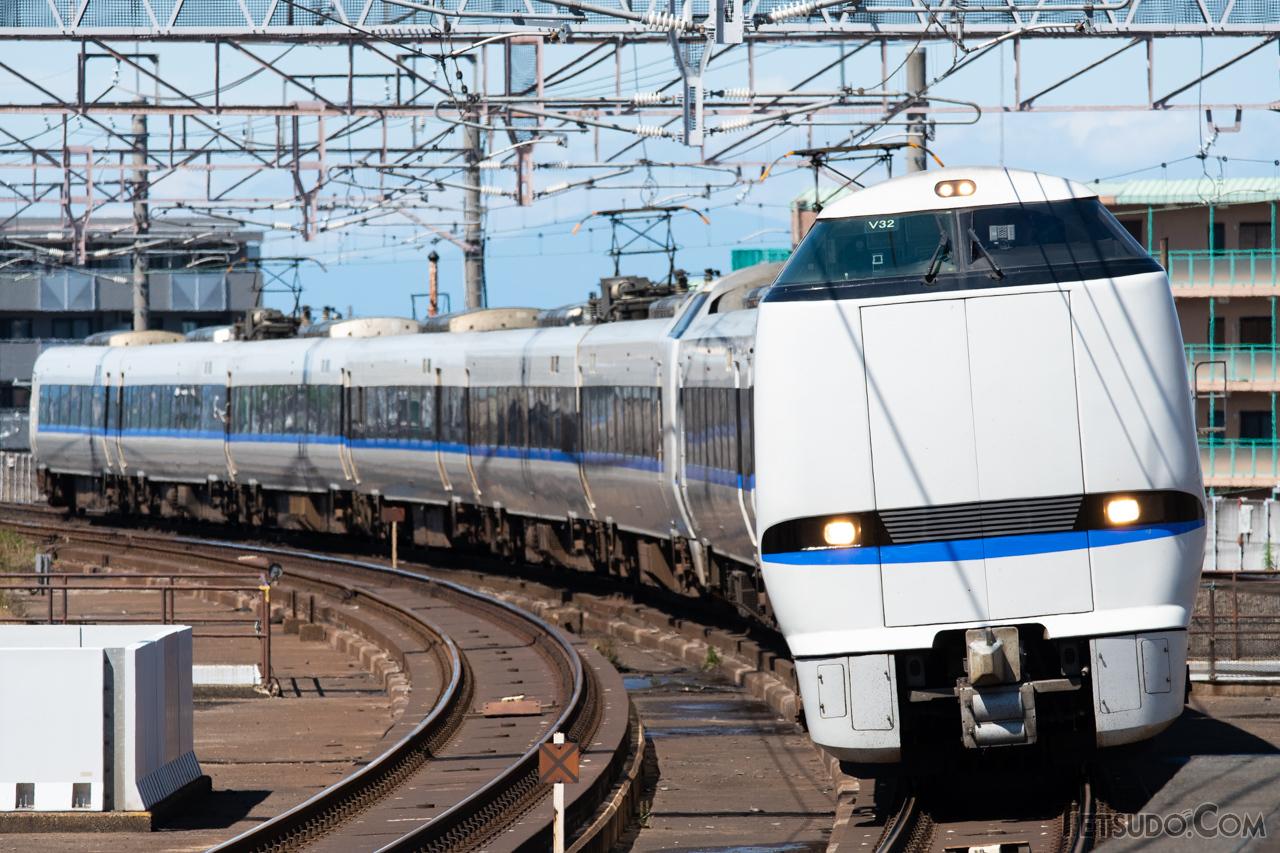 北陸本線の特急「サンダーバード」。2020年現在は新幹線以外で国内最高の表定速度を誇ります