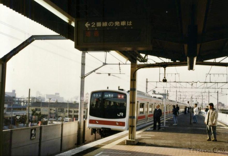 平成2年3月10日の潮見駅。2番線を東京行き快速列車が通過していきました