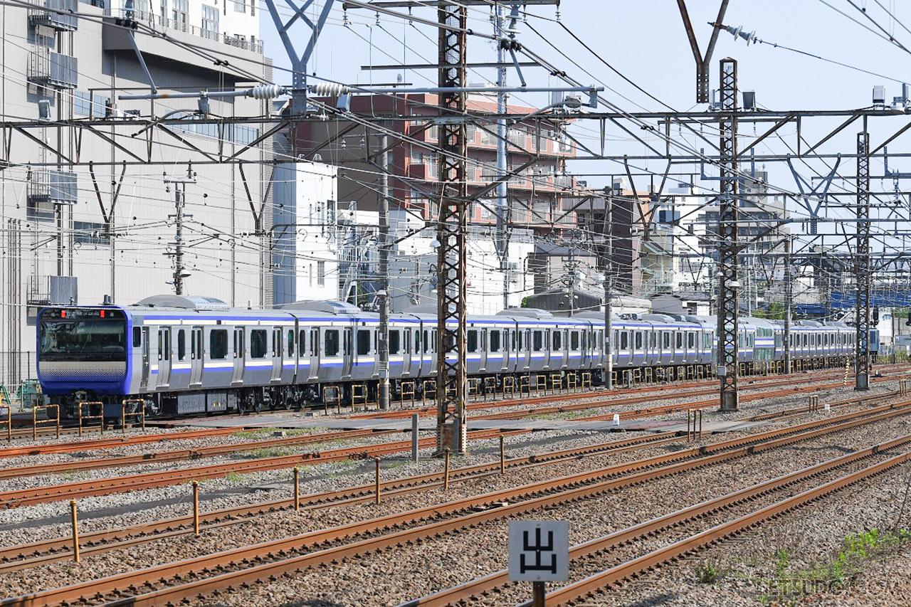 車両基地に向けて回送される横須賀・総武快速線用E235系
