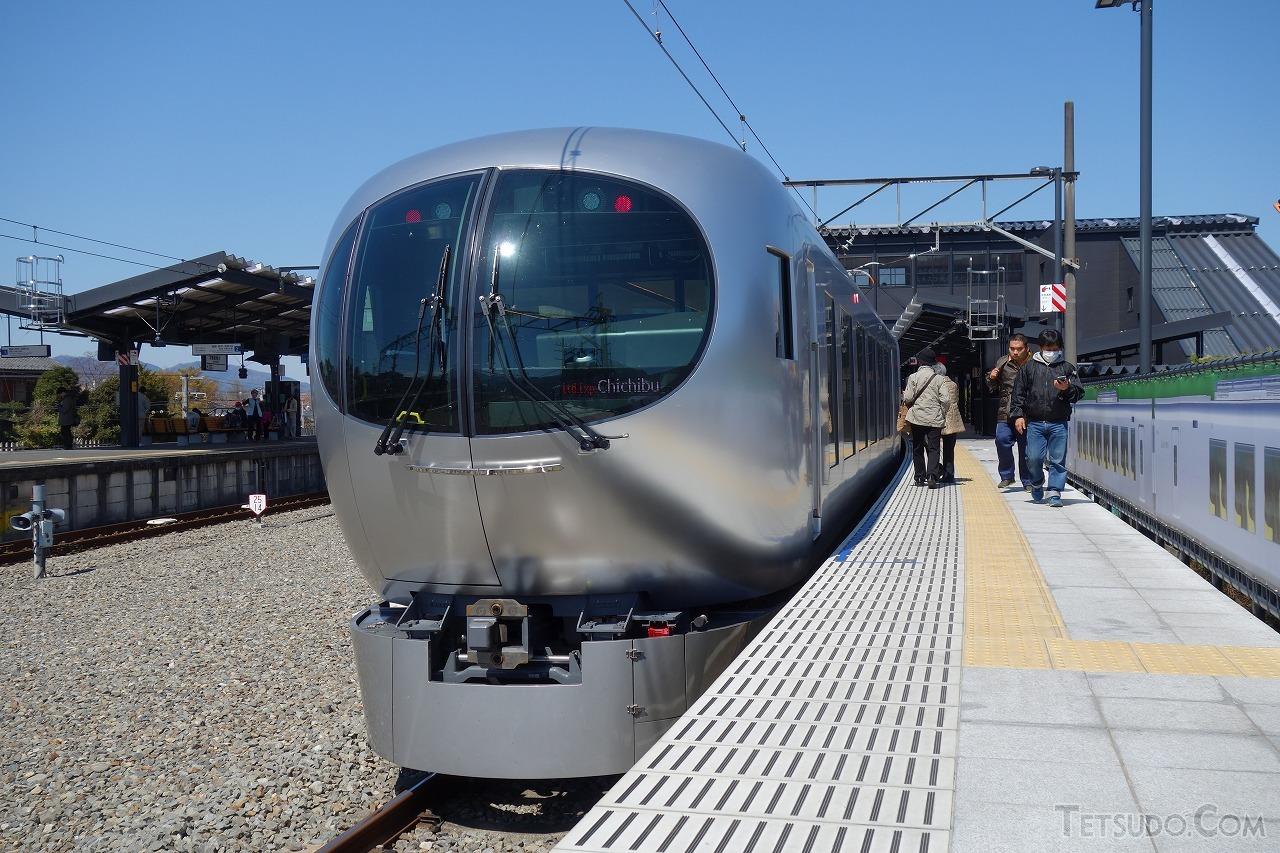 西武秩父駅に到着した新型特急「Laview」。登場からわずか1年で、池袋線の特急は原則としてすべてLaviewとなりました
