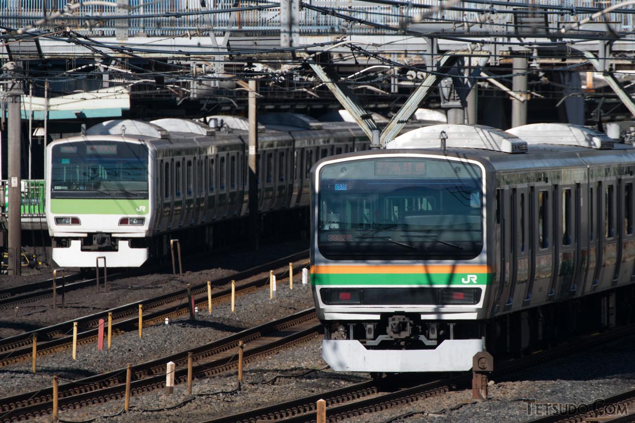山手線用の通勤タイプ(左)と、高崎線などで活躍する近郊タイプ(右)。前面デザインは異なるものの、同じE231系です