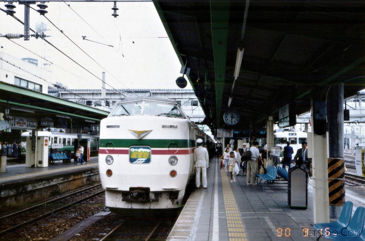 183系「あずさ」26号。松本駅15時42分発で、終点の新宿までの所要時間は約3時間でした