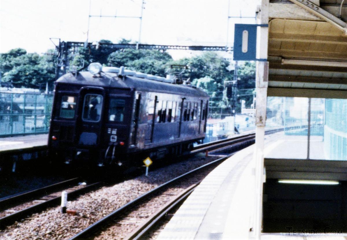 国道駅を鶴見駅に向け発車するクモハ12053。旧型ならではの存在感を感じます(1990年9月撮影)
