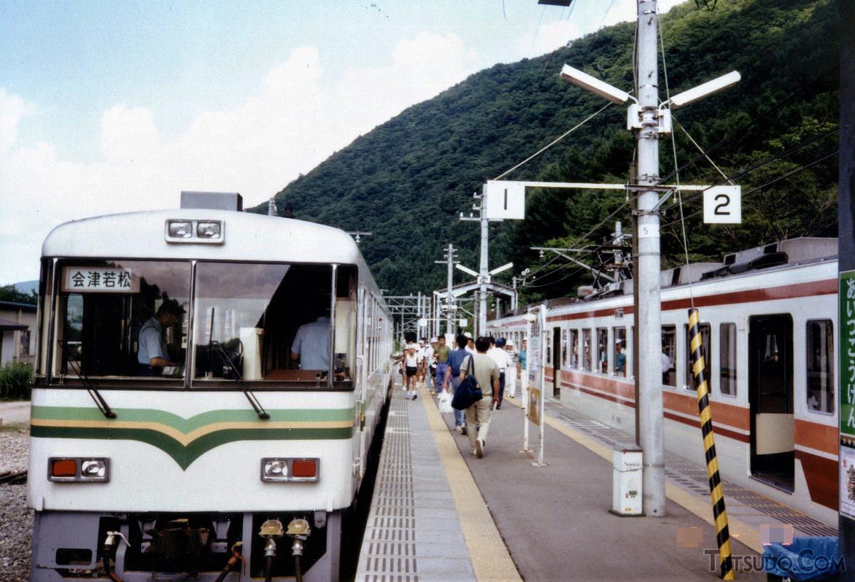 会津高原駅に停車中のAT-200形。当時は「アルペンライナー」で主に運用されていました。同形式は2両固定の1編成のみで、2004年に引退しました