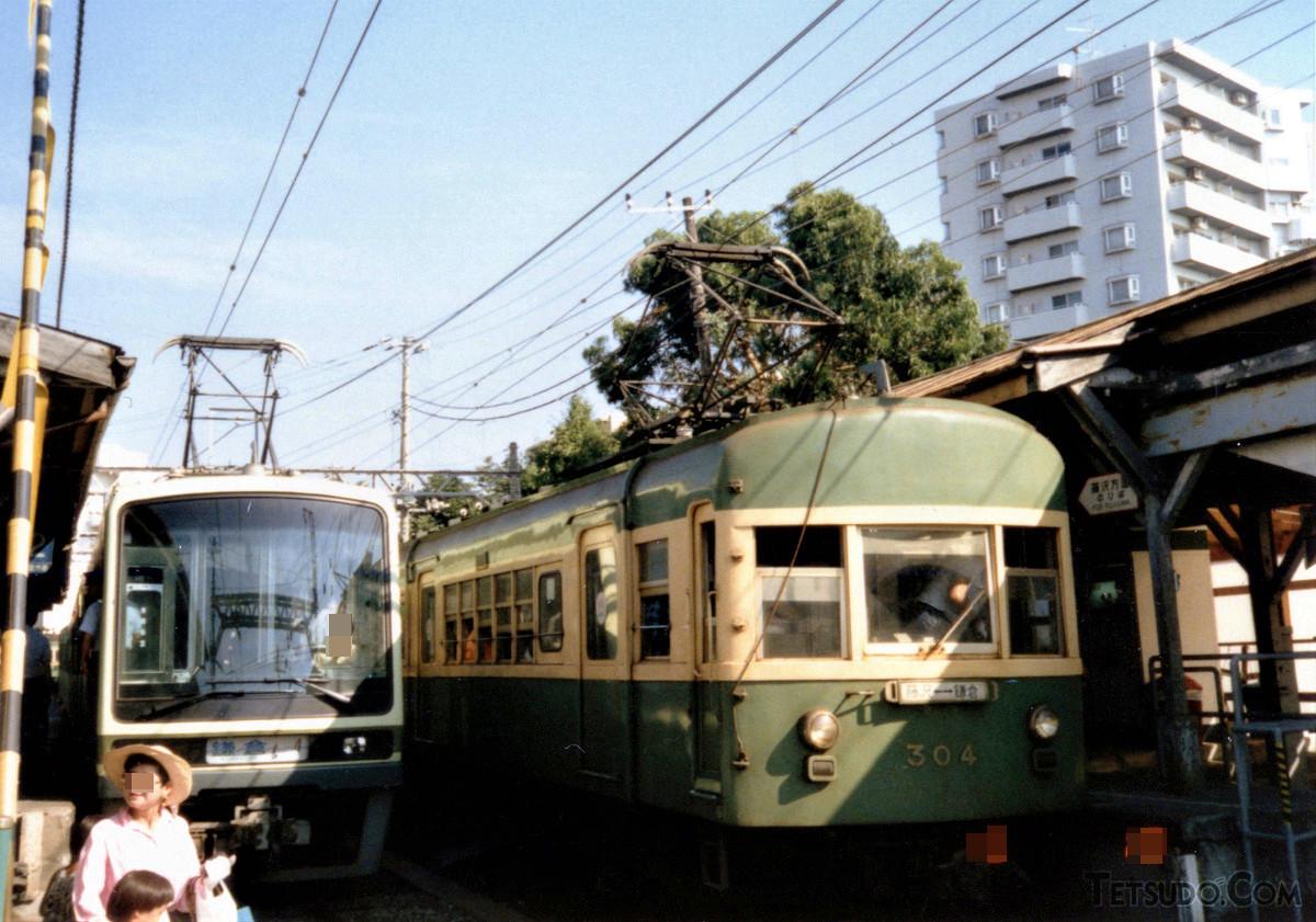江ノ島駅で並ぶ2000形(左)と300形(右)(1990年8月撮影)。写真の304号車は2005年に引退。同形式は2両1編成(305-355号車)が今でも運転を続けています