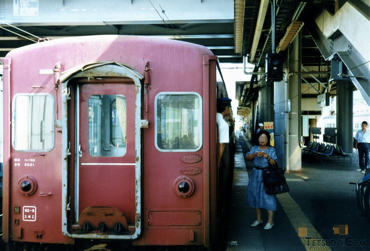 福島駅で発車を待つ客車列車。客車はオハフ50でした(1990年8月撮影)