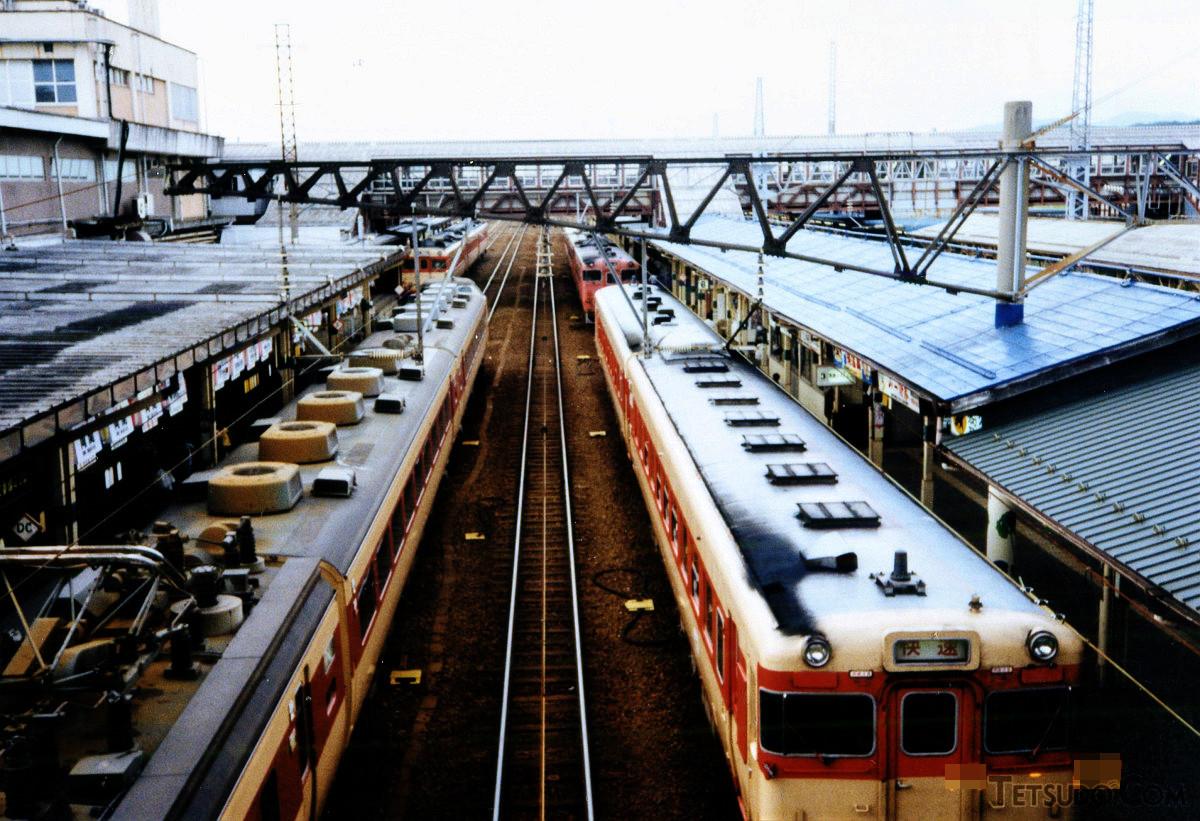 長距離鈍行列車の終着は秋田駅。夕方の秋田駅ホームはどこを向いても国鉄色車両という状況でした