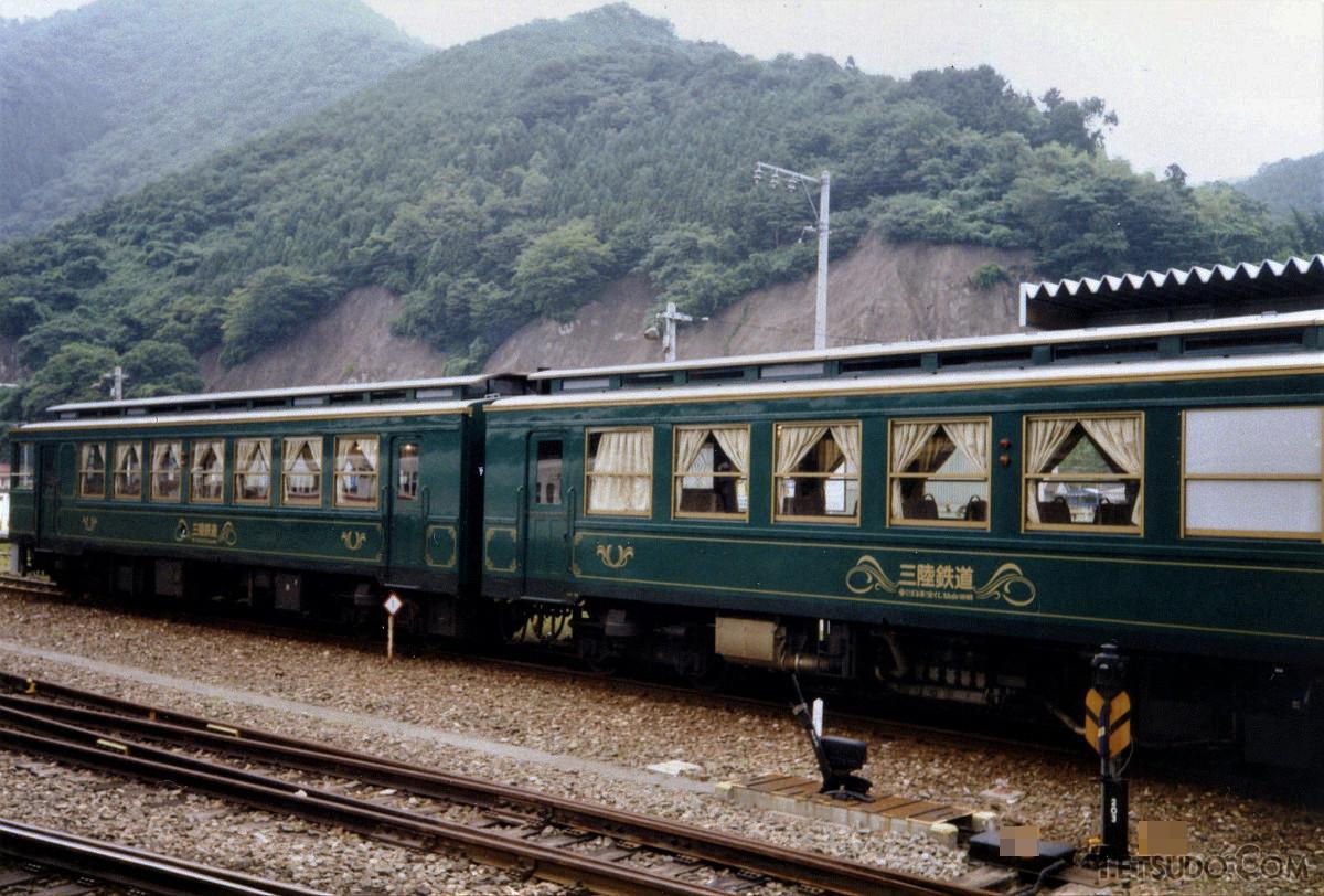 釜石駅に停車中の三陸鉄道36-300形「おやしお号」(1990年8月撮影)。レトロ調車両として、1990年から2004年まで活躍しました
