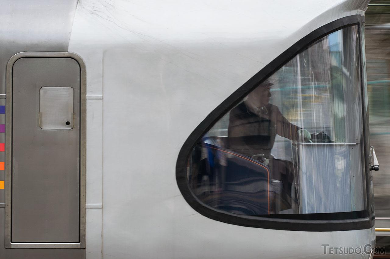 「カシオペア」の展望室で前方を確認する乗務員