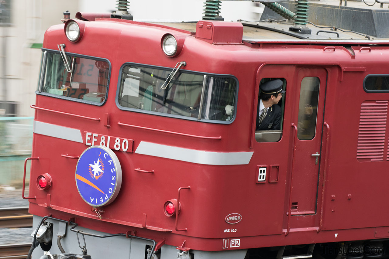 機関車が客車を押して走る「推進運転」。機関士は窓から身を乗り出して前方を確認します