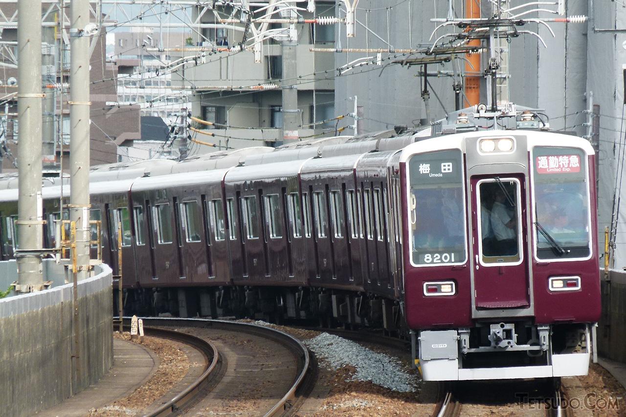 ラッシュ時専用車両となっている8200系(前2両)