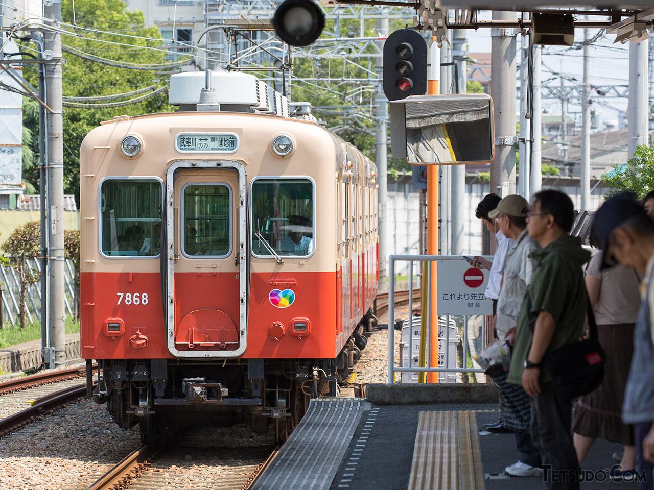 9300系登場前に採用されていた「赤胴車」のカラーリング。現在は武庫川線に残るのみですが、6月に置き換えられ消滅する予定です