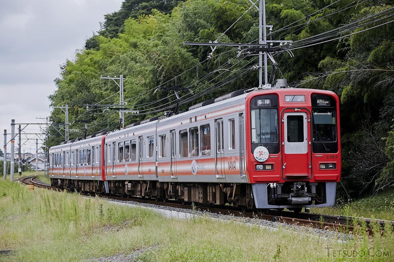高野線の橋本~極楽橋間で活躍する2300系(画像:ゴスペル / PIXTA(ピクスタ))