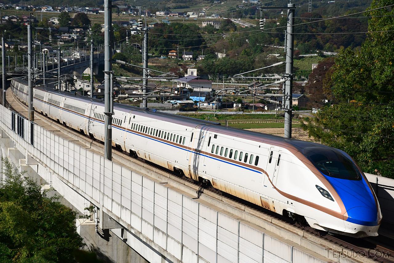 日本の新幹線は、山形・秋田新幹線の在来線区間を除き、すべて交流25000ボルトで電化されています
