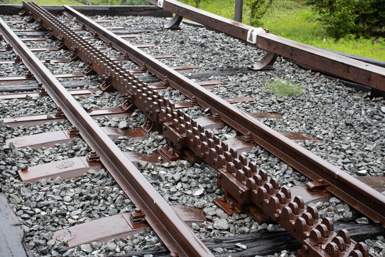 2本のレールの間にあるのが「ラックレール」。これはアプト式のラックレールで、かつて信越本線で使われていたものです
