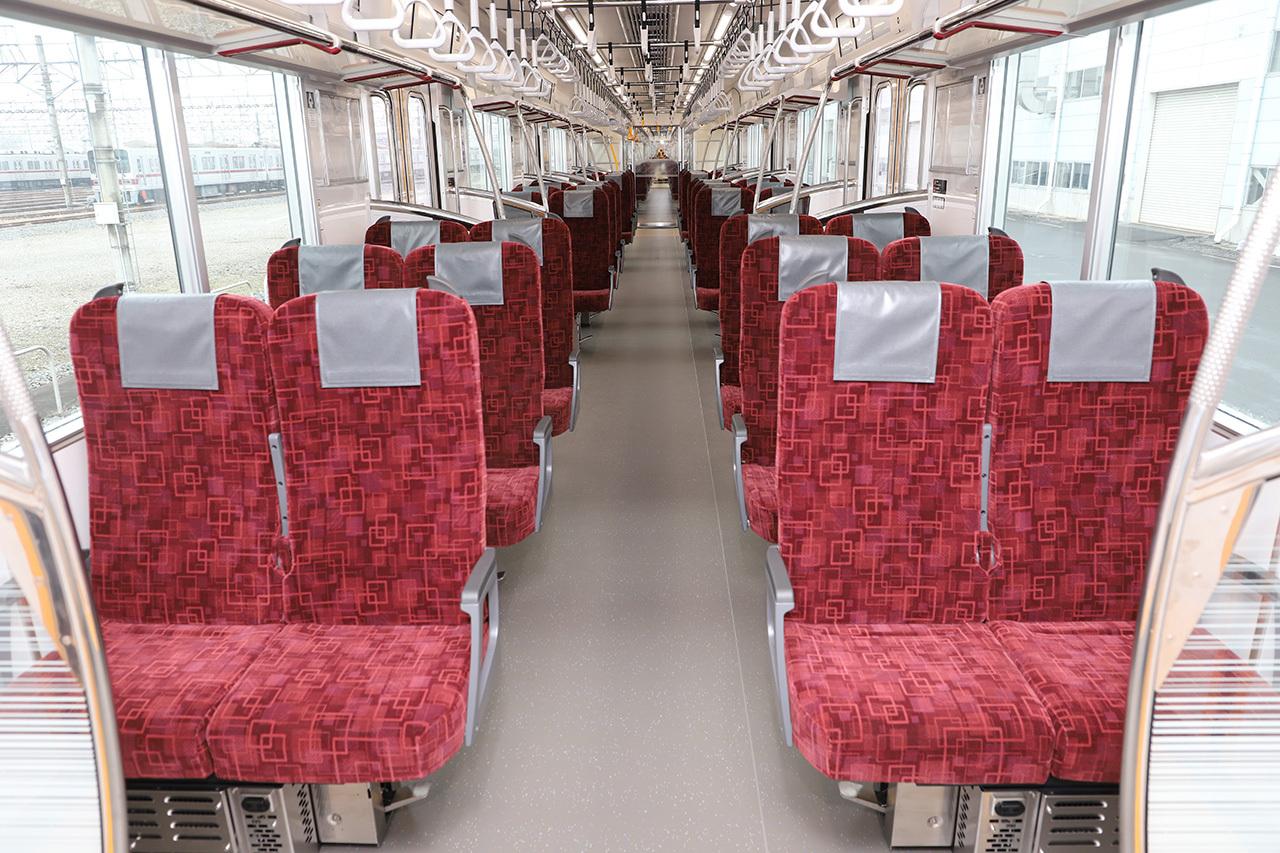 車内はロングシートとクロスシートの双方にセットできる座席を設置。画像はクロスシート状態(画像提供:東武鉄道)