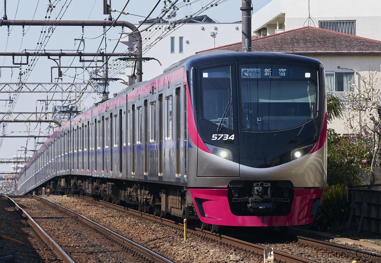京王線の座席指定列車「京王ライナー」((c)funny face - stock.adobe.com)