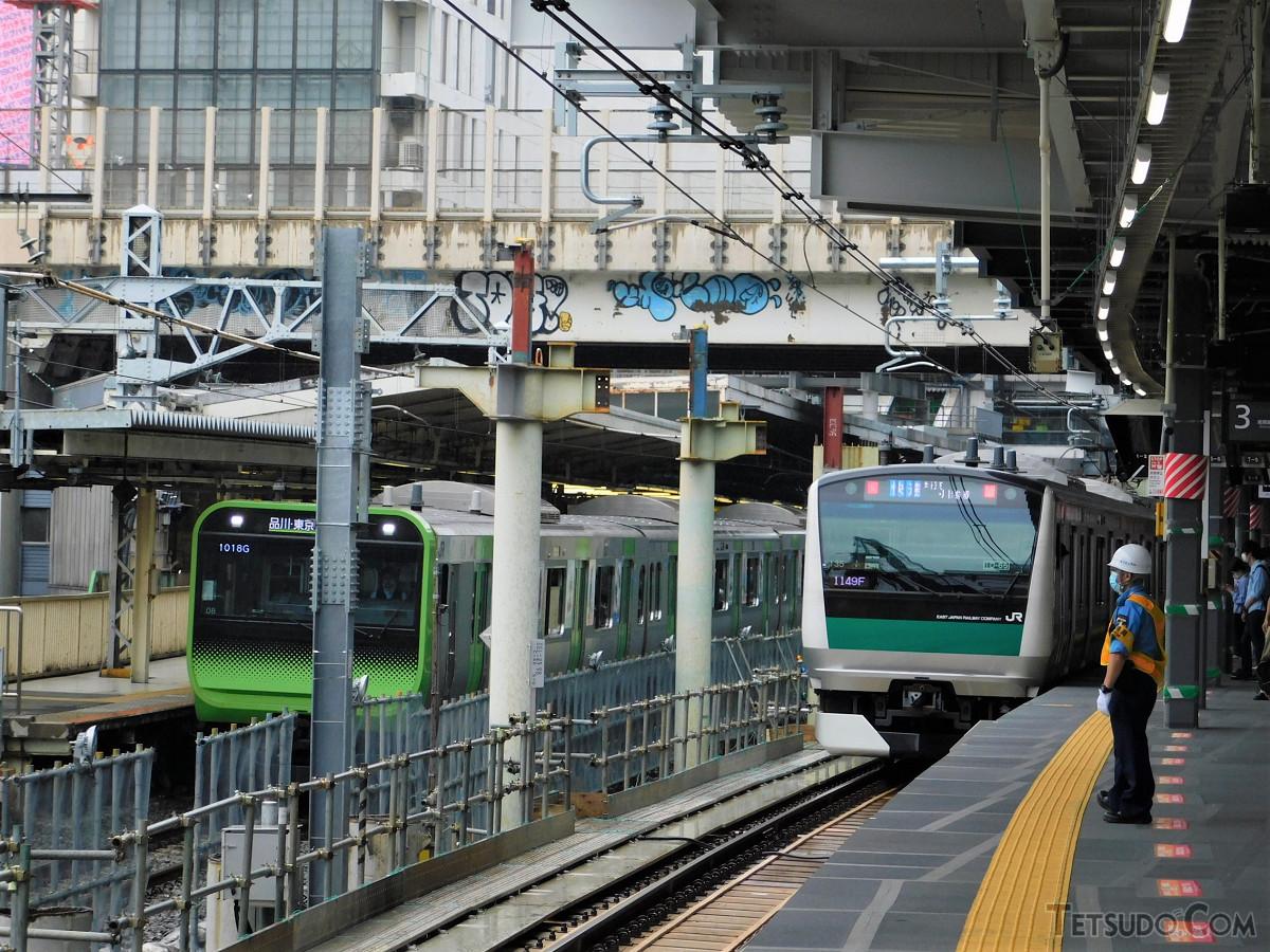 山手線、埼京線の横並びがついに実現。2番線、3番線に停車した列車どうしが並ぶポイントは、国道246号線の陸橋下付近になります