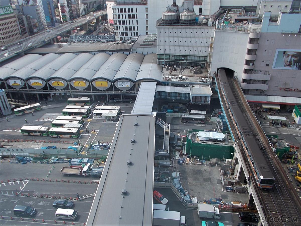 かつての渋谷駅東口。左の弧状の屋根が連なる箇所が東横線渋谷駅です。屋根の後方に見えるのが埼京線ホームに通じる連絡通路(2013年3月撮影)