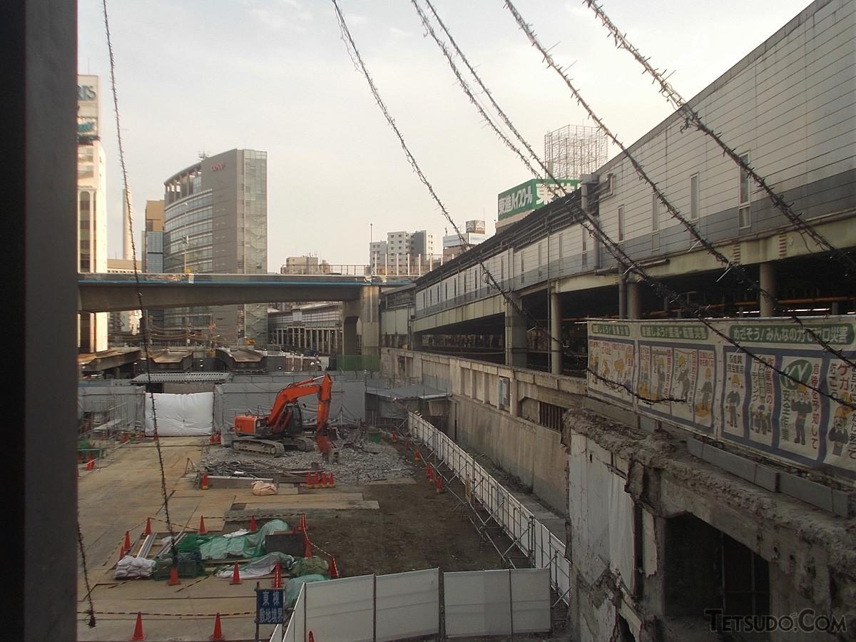 東横線ホーム解体工事現場。連絡通路の全貌が見えるようになり、その下を走る列車から見える東口の景色も変わりました(2015年3月撮影)